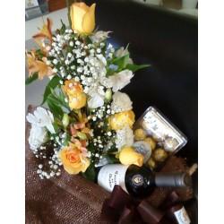 Cesta de Flores com Vinho e Chocolate