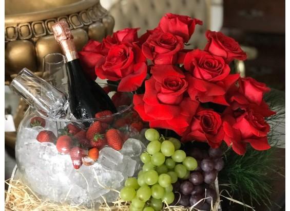 Cesta com champagne  e frutas